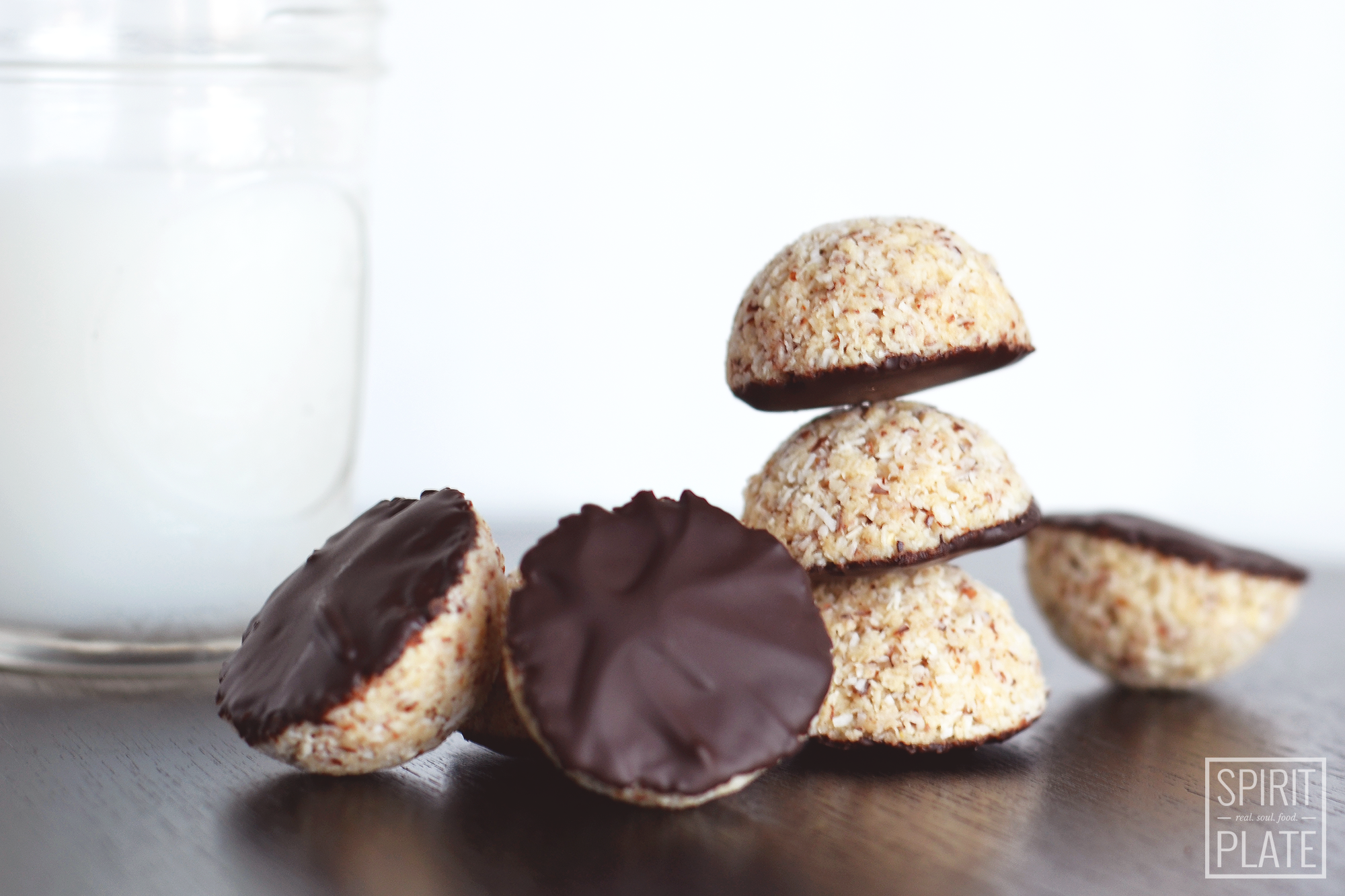 Vanilla Almond Coconut Macaroons with Dark Chocolate | SPIRITPLATE